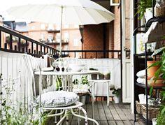 Muebles de exterior IKEA blancos en un balcón