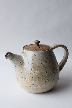 Adding pottery to your home décor is an innovative way of lighting it up and grabbing people's attention. As pottery is so diverse, incorporating it into your interior also offers the perfect oppor… Pottery Teapots, Ceramic Teapots, Ceramic Pottery, Pottery Art, Pottery Studio, Ceramic Tableware, Porcelain Ceramics, Teapot Crafts, Teapot Centerpiece