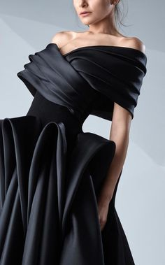 MNM Couture – Origami Off-Shoulder Gown Ideal Origami Papers Origami is one associated with the most delicate kinds of … Origami Fashion, 3d Fashion, High Fashion, Fashion Show, Fashion Dresses, Fashion Design, Off Shoulder Gown, Couture Collection, Couture Dresses