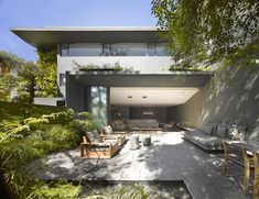 This living room seamlessly transforms from the indoor to the outdoor room. It's like magic. By Ezequiel Farca Architecture and Design firm, the Barrancas House is located in Mexico City. Architecture Résidentielle, Contemporary Architecture, Contemporary Decor, Outdoor Rooms, Outdoor Living, Indoor Outdoor, Outdoor Tiles, Eco Construction, 1970s House