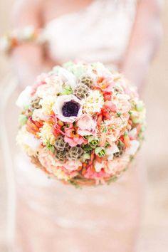 Frühlingsfrischer Bridal Look in Rosegold Anja Schneemann http://www.hochzeitswahn.de/hochzeitstrends/fruehlingsfrischer-bridal-look-in-rosegold/ #wedding #flowers #mariage