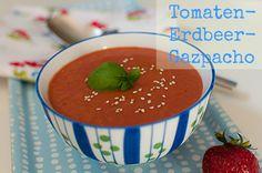 vegan strawberry tomato gazpacho with fresh basil leafs  ///  Veganes Tomaten-Erdbeer-Gazpacho mit frischem Basilikum