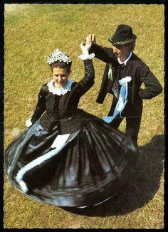 Vaskút, Sváb népviselet Folk Clothing, Exhibition, Traditional Dresses, Snow White, Culture, Costumes, Embroidery, Disney Princess, Disney Characters