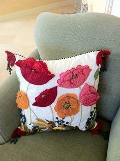 Cojín diseño floral bordado y con aplicación en tela.
