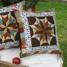 50 x 50 cm. Patchwork Quilt, Patchwork Cushion, Patchwork Patterns, Quilted Pillow, Quilt Block Patterns, Small Quilts, Mini Quilts, Half Square Triangle Quilts Pattern, Diy Pillow Covers