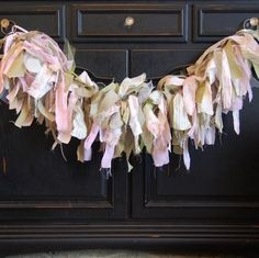 Ragamuffin Memo Garland: You Can Make One! How to Make a Ragamuffin Garland Rag Garland, Burlap Garland, Ribbon Garland, Fabric Garland, Fabric Bunting, Bunting Garland, Rag Wreaths, Garland Ideas, Tassel Garland