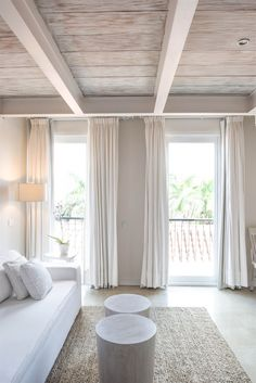 Vigas de madera en casa cl sica dormitorio techo - Habitaciones low cost ...