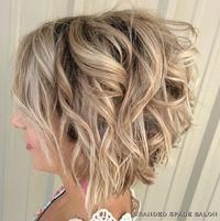 Angled bob hairstyles are very versatile and popular among women. So we have collected 20 Best Angled Bob Hairstyles that you will adore! Here take a look. Bob Haircut Curly, Angled Bob Hairstyles, Short Bob Haircuts, Haircut Short, Layered Haircuts, Curling A Bob Haircut, New Hair, Wavy Hair, Curls Hair