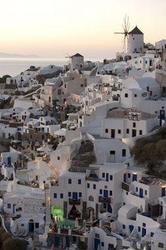 Choisir une Île Grecque: Aperçu Santorini (Detour Local) -> Magnifique vue de Santorini et de ses fameux couchers de soleil www.detourlocal.com/escapade-visuelle-santorini/