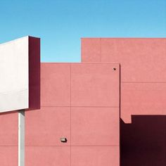 When Australian photographer George Byrne moved to Los Angeles, he began to create an experimental documentation of the city's sun-drenched surfaces and vivid colours. Minimal Photography, Color Photography, Vivid Colors, Colours, Bauhaus Design, Moving To Los Angeles, Clear Blue Sky, The Big Lebowski, Minimalist Architecture