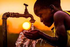 Crianças africanas recebem água limpa pela 1ª vez - Belas Mensagens > A organização produziu um vídeo em que mostra um vilarejo da Zâmbia, na África, onde crianças têm que andar quilômetros para buscar água não potável para o seu sustento e de suas famílias.