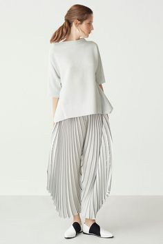 Issey Miyake Resort 2018 Fashion Show. | Minimalist fashion and style | Scandinavian style | black and white outfit ideas | monochromatic fashion | Style ideas for minimalists | Konmari | Minimal Chic
