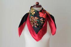 Vintage 1970s scarf with floral print von PaperdollVintageShop, €9.90