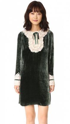 Картинки по запросу черное платье с кружевной манишкой
