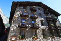 Hotel Dolonne Courmayeur Hotel Dolonne is a 16th-century stone house in the ancient village of Dolonne, 150 metres from the Dolonne ski lifts. The restaurant serves international dishes and local specialities.  Most rooms have mountain views and some have a balcony.