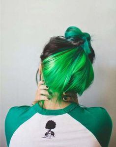 I love green hair. But i would never dye my hair green. Hidden Hair Color, Cool Hair Color, Half Dyed Hair, Dye My Hair, Under Hair Dye, Green Hair Colors, Hair Dye Colors, Green Hair Streaks, Black And Green Hair