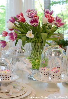 Easter Table Setting with Tulip Centerpiece and Pottery Barn Bunny Cupcake Stands. Like the Easter grass at the bottom of tulips Pottery Barn, Marshmallow Flowers, Easter Bunny Cake, Easter Table Settings, Beautiful Table Settings, Festa Party, Deco Floral, Easter Holidays, Floral Centerpieces