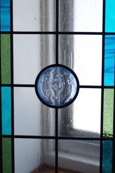 ご新居のお部屋の間仕切りにオーダーいただきました、ステンドグラスのロンデル入りパネル。寒色系のすっきりとしたデザインです。ありがとうございました。
