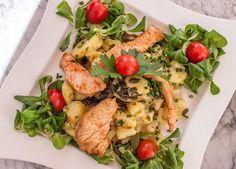 Cafe Restaurant Bar Berg - Salat | STADTBEKANNT | Das Wiener Online Magazin Cafe Restaurant, Cobb Salad, Food, Good Food, Meal, Essen, Hoods, Meals, Eten