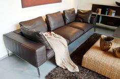 Das Ledersofa Lifesteel von Flexform überzeugt mit einem fantastischen Sitzerlebnis verbunden mit einem eindrucksvollen Design. Die breiten Sitzflächen und komfortable Rückenlehne sind äußerst bequem und versprechen angenehme Fernsehabende im Kreis der Familie. Die Leichtigkeit der Füße hat eine große optische Wirkung auf das Sofa und macht dieses zu einem Schmuckstück im Wohnzimmer.   Maße: Breite: 275 cm I Höhe: 78 cm I  Tiefe: 105 cm Sitzhöhe: 38 cm I Armlehnenhöhe: 58 cm