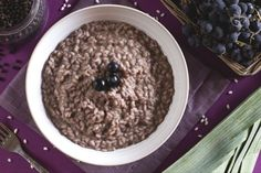 Il risotto all'uva fragola è una ricetta insolita, adatta a meravigliare i vostri ospiti che mantiene intatto il profumo tipico dell'uva fragola e il suo leggero gusto acidulo.