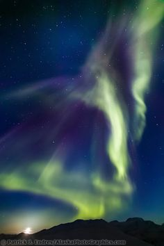 Aurora boreal racha el cielo sobre la plataforma Chandalar , gama de los arroyos de montaña , ártica de Alaska , la luna se eleva en la distancia en el equinoccio vernal , 21 de marzo de 2003 a las 01 a.m.