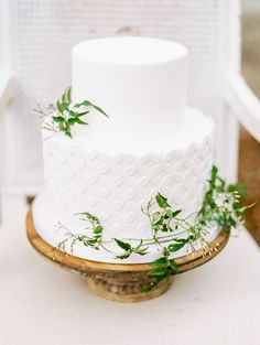 weding cake from Red Lily Vineyards, Oregon wedding inspiration http://www.trendybride.net/red-lily-vineyards-wedding-inspiration/