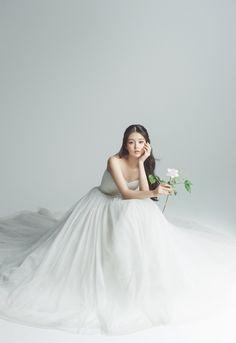 Pre Wedding Photoshoot, Bridal Shoot, Wedding Shoot, Wedding Ideas, Korean Wedding Photography, Wedding Photography Poses, Umbrella Photography, Photography Composition, Photography Lighting