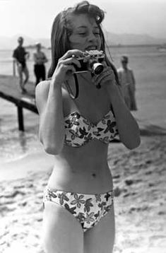 Bridget Bardot at Cannes, 1953 with a Leica IIIf Bridgitte Bardot, Urbane Mode, Girls With Cameras, Deneuve, Milla Jovovich, French Actress, Jane Birkin, The Bikini, Cannes Film Festival