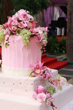Pasteles de boda Color de Rosa.... Estos pasteles por su colorido y su diseño se adaptan estupendamente, para esas bodas que se llevarán a cabo en primavera o verano y en exteriores, en una cálida mañana o una soleada tarde, porque ponen otro tono más de una época en el año que es cálida y colorida.