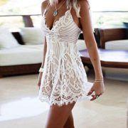 Schöner weißer Spitzenjumsuit mit Spitzenbesatz. Ideal für den Sommer.