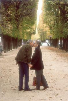 Elderly couple kissing in the garden of Luxemburg