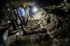 """Um """"esconderijo de múmias"""" que não pertencem à realeza, um labirinto de corredores subterrâneos, abrigava """"17 múmias e alguns sarcófagos"""" escavados em pedra ou argila.  Também encontraram """"caixões de animais"""" e """"dois papiros escritos em demótico"""", uma forma de escrita hieroglífica simplificada utilizada durante as últimas dinastias faraônicas no Egito e até o início da era romana.  No lugar, ânforas e outras panelas de barro estavam expostas em um pequeno armário exumado nas escavações."""