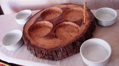 Copetinero en tronco de árbolcon recipientes de ceramica