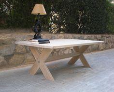 Mesa Jou Mesa de centro fabricada en roble natural con patas en forma de cruz.
