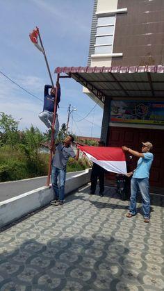Sejumlah elemen di Kota Langsa Sabtu (31/3/2018) melakukan aksi solidaritas menganti bendera merah putih yang robek di depan salah satu rumah toko kawasan Jl Jenderal Ahmad Yani Gampong Birem Puntong Kecamatan Langsa Baro.