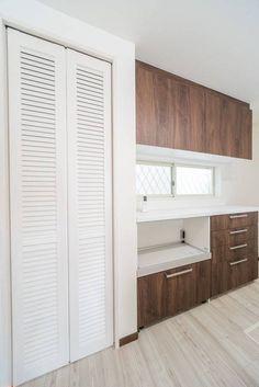 パントリーはウッドワンのピノアース・ルーバータイプ Storage, Home, Home Kitchens, Lixil, Tall Cabinet Storage, Flooring, Storage Spaces, New Homes, House