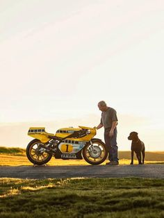 King Kenny Roberts with his Yamaha Yamaha Motorcycles, Vintage Motorcycles, Valentino Rossi, Grand Prix, Motorcycle Racers, Motorcycle Art, Cafe Bike, Xjr, Bike Rider