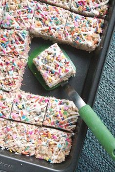 Cake Batter Rice Krispie Treats 4 Whether you are celebrating someone's birthday or just want a delicious quick treat, these cake batter rice krispy treats are winners! Jump to… Rice Krispy Treats Recipe, Rice Crispy Treats, Yummy Treats, Sweet Treats, Rice Crispy Cake, Rice Krispie Cakes, Christmas Rice Krispie Treats, Rice Crispy Pops, Oreo Rice Krispie Treats