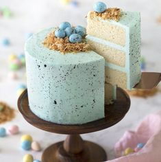 This amazing Easter Egg Cake is really easy to make but it's so cute! I love the soft blue and the little chocolate eggs on top. A simple splatter of cocoa mixed with vanilla creates so much visual interest and makes the whole cake just come alive. Pavlova, Cheesecake Oreo, Oreo Cake, Italian Buttercream, Italian Meringue, Swiss Meringue, Mousse, Easter Egg Cake, Sauce Creme