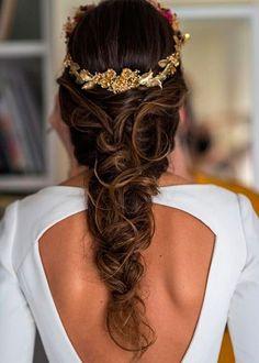 Si quieres llevar el pelo recogido el día de tu boda, pero no quieres un moño clásico, apuesta por una trenza despeinada como esta. Irás comodísima y, a la vez, derrocharás estilo (Foto: Pinterest).