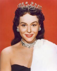 Paulette Goddard wearing a beautiful tiara circa 1940s ~ seen at http://soyons-suave.blogspot.com/2010/04/de-lutilisation-de-la-couleur-le-fond.html