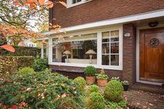 Jaren30woningen.nl | Kenmerkend voor de jaren 30: horizontale lijnen, erker en blanke houten voordeur