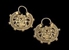 A pair of Fatimid filigree gold Earrings   Egypt, 11th Century(2)