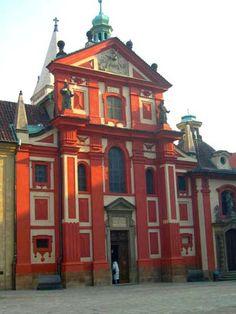 Hradcany     Prague > Hradčany   Sur la colline de Hradčany s'élève le fameux Château royal, résidence des rois devenue résidence présidentielle. C'est le quartier le plus bucolique et campagnard de Prague. Ancien village qui a fondé la ville, Hradčany est très touristique, surtout en été.