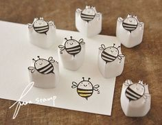 ブンブンブ~ン♪次々とお花が咲いてくる季節!冬の間の~んびり過ごしてたハチさん達…ん?少々コロコロ気味。ハチミツなめすぎちゃったのかい?(笑)さて!運動を... Diy Stamps, Homemade Stamps, Stamp Printing, Printing On Fabric, Eraser Stamp, Diy And Crafts, Paper Crafts, Stamp Carving, Fabric Stamping