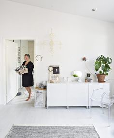 Olohuoneen kaapiston päällä on muistoja vuosien varrelta. Normann Copenhagenin peilin Mira on saanut Markolta ja lapsilta äitienpäivälahjaksi. Kasperi päivittää ahkerasti suomalaisen Riike Designin numerokalenteria. Kierrätys-keskuksesta ostettu seinä-lamppu maalattiin kuparin-väriseksi. Himmeli on Miran tekemä.