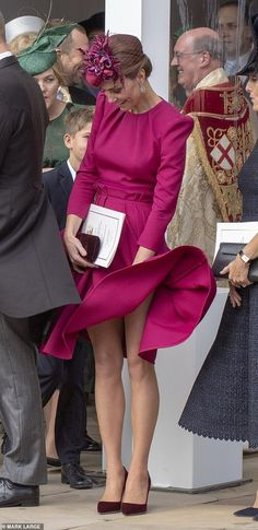Kate Middleton Photos - Catherine, Duchess of Cambridge attends the wedding of Princess Eugenie of York to Jack Brooksbank at St. George's Chapel on October 2018 in Windsor, England. - Princess Eugenie Of York Marries Mr. Vestidos Kate Middleton, Kate Middleton Legs, Kate Middleton Photos, Princesa Kate Middleton, Princess Kate, Princesa Eugenie, Eugenie Wedding, Herzogin Von Cambridge, Pantyhosed Legs