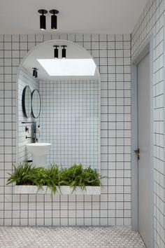 Stella Collective insert a tropical canopy into a Brighton cafe sur le cote avec des plantes et un grand miroir