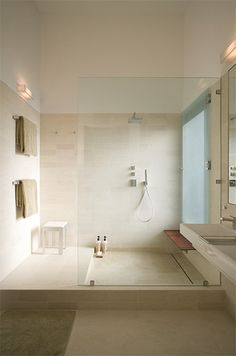 Big #glass #shower. Also very nice texture on the walls. Charming! \ Trends Remodeling Design Awards Prize-winning Project 2010, Architectural Record House of the Month, March 2009 \ Fairfield by webberstudio \ Austin, Texas #minimalistspace